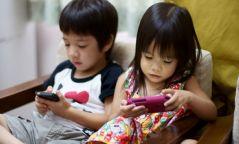 Хүүхдээ гар утсаар тоглуулахын сөрөг тал
