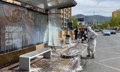 Автобусны буудлын сандал, хогийн савыг угаалгын хөөсөөр цэвэрлэж байна
