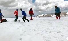 ВИДЕО: Уулчид далайн түвшнээс дээш 4127 метрийн өндөрт хөлбөмбөг тогложээ