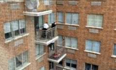 Анхаар: Дөрвөн настай хүүхэд цонхоор унах гэж байсныг аварчээ