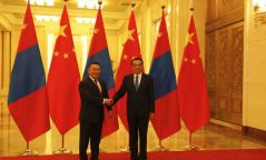 Ли Көчян: Онцгой байдлын зэрэглэлийг бууруулсан аймгууд Монголтой хил залгаа ч сонор сэрэмжээ алдахгүй байж, хамтран ажиллахад бэлэн