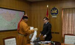 Монгол Улсын Үндэсний бөхийн 20 дахь аварга Сүхбаатарын Мөнхбат 20 сая төгрөг хандивлалаа