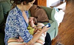 Хүүхдээ хөхүүлэхдээ гар утсаараа оролдвол хүүхэд хэл ярианы хөгжил муутай, зожиг нэгэн болдог