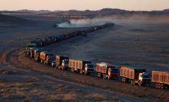 Хятад руу нүүрс тээвэрлэж хилээр нэвтэрсэн машинууд буцаад Монгол руу орж ирж чадахгүй урт дараалал үүсгэжээ