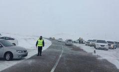 АНХААР: 19 зорчигчтой автобус гулгаж замын хажууруухазайж зогсчээ