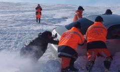 20 хүний амийг аварч, дөрвөн автомашиныг цаснаас татаж гаргажээ