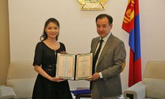 МУГЖ Отгонтөгсийн Анужинд Монгол Улсын Соёлын элчийн гэрчилгээг гардуулан өгөв.