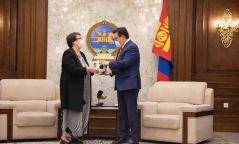 УИХ-ын даргад монгол сарлагийн ширээр хийсэн бөмбөг бэлэглэжээ