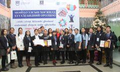 Сурагчид Монгол Улсын хөгжлийг гэгээлгээр бичиж байна