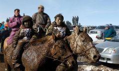 Хурдан морь унасан хүү хоёр гараа хөлдөөжээ